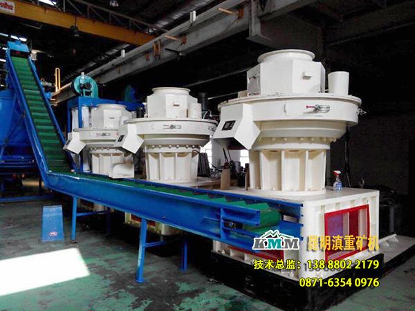 云南昆明滇重矿机的果蔗渣颗粒燃料生产线正在客户现场进行安装
